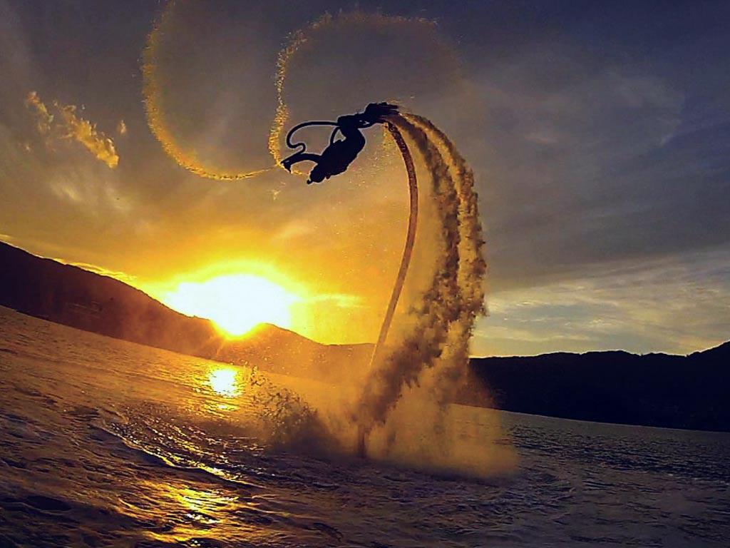 Un salto arrière exécuté en flyboard sur un magnifique coucher de soleil débordant sur Porquerolles !