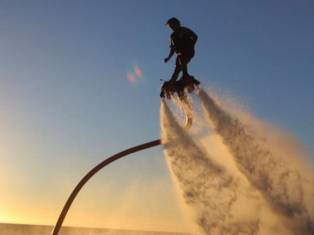 Flyboard au coucher de soleil, des couleurs magnifiques !